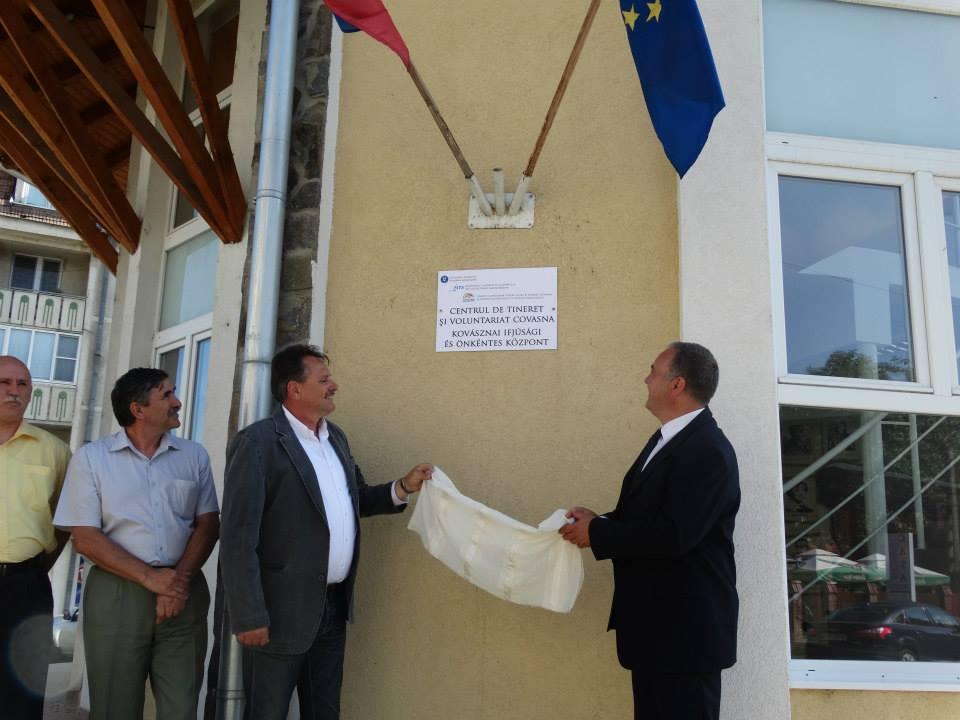 10 iulie 2014, Covasna. Primarul UDMR și prefectul Marius Popica participă la inaugurarea unu centru de tineret (FOTO: facebook.com)