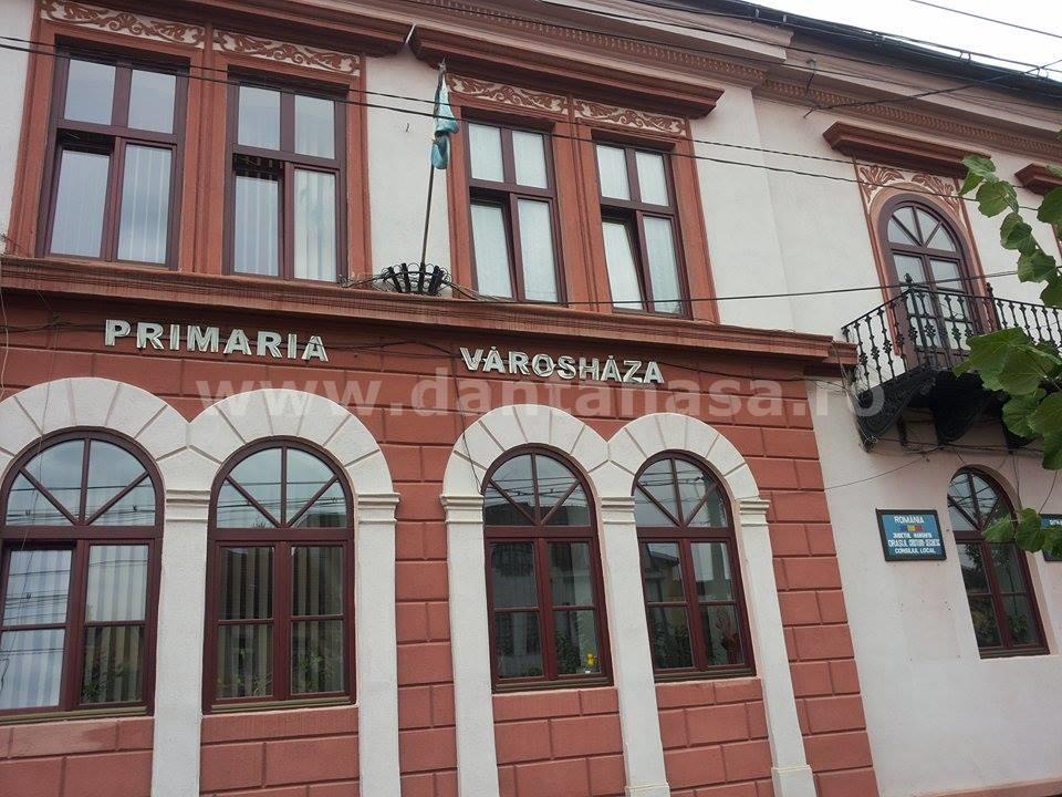 5 septembrie 2014, Primăria Cristuru Secuiesc, România. Steagul secuiesc este singurul steag arborat pe sediul Primăriei.