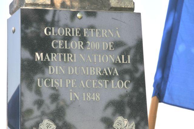Monumentul localitatea Dumbrava din comuna Vătava, pe locul numit Podăşel are loc o slujbă de pomenire a celor 200 de martiri ucişi la Revoluţia din 1848 (FOTO: glasulvailor.ro)