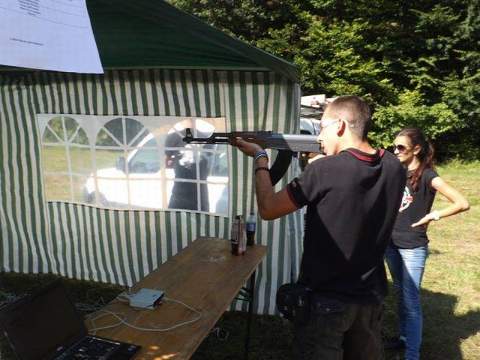 Participanții au participat la simulări de trageri cu mitraliere automate