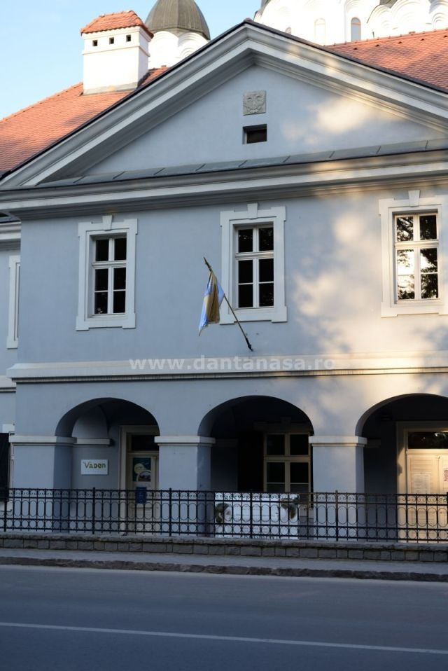 28 iunie 2014. Drapelul României nu este arborat pe fațada Casei cu arcade din Sfântu Gheorghe.