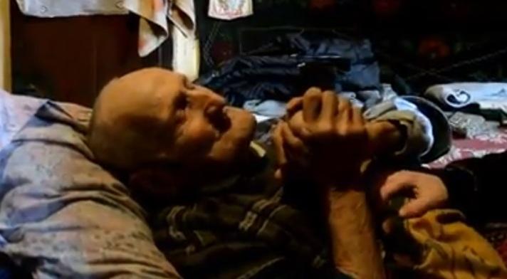 Veteranul de război Dutru Șomlea în patul său.