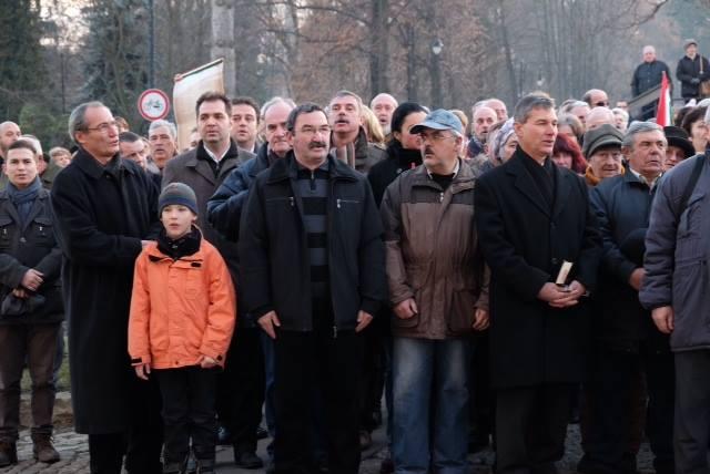 16 decembrie 2014. Liderii UDMR Antal Arpad și Tamas Sandor cântă imnul Ungariei în fața Prefecturii Covasna (FOTO: facebook.com)