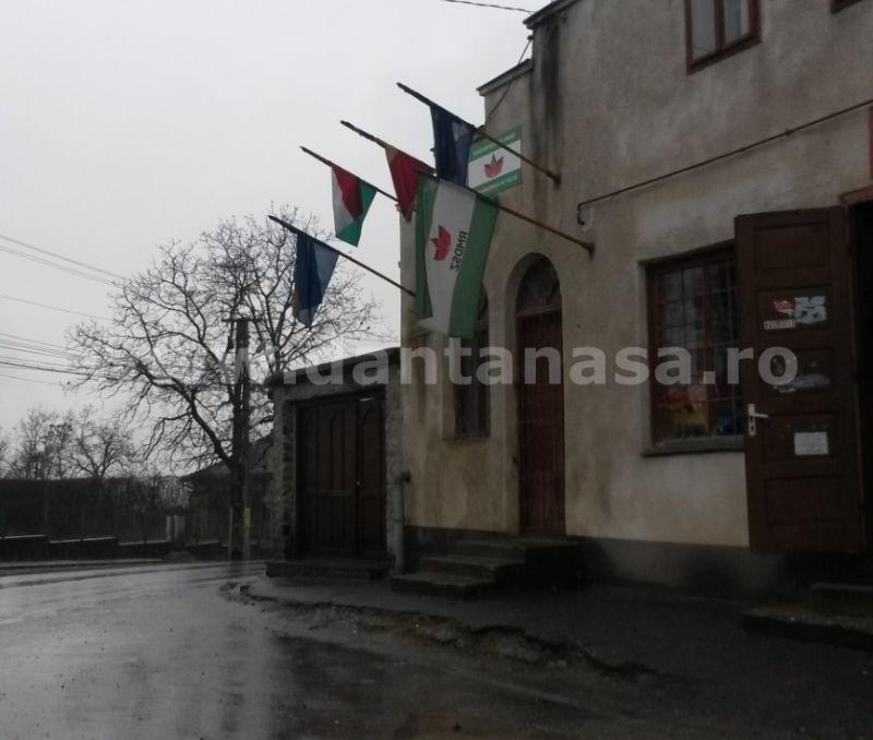 10 decembrie 2014. Drapelul Ungariei flutură pe sediul organizației UDMR din Sângeorgiu de Pădure