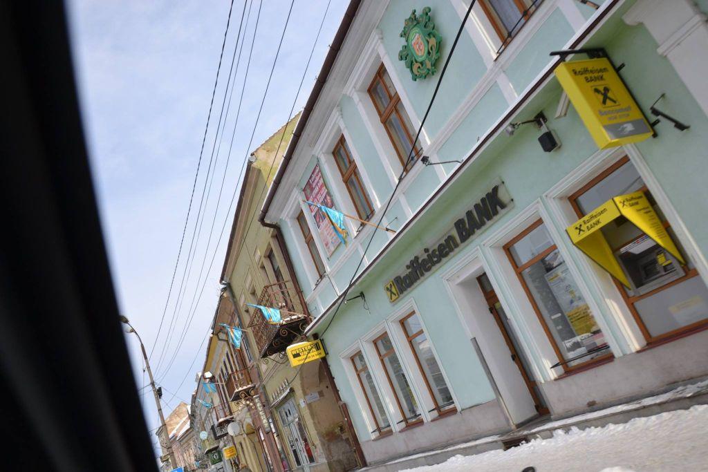1 decembrie 2014. Târgu Secuiesc. Filiala Raiffeisen Bank a arborat steagul secuiesc de Ziua Națională.
