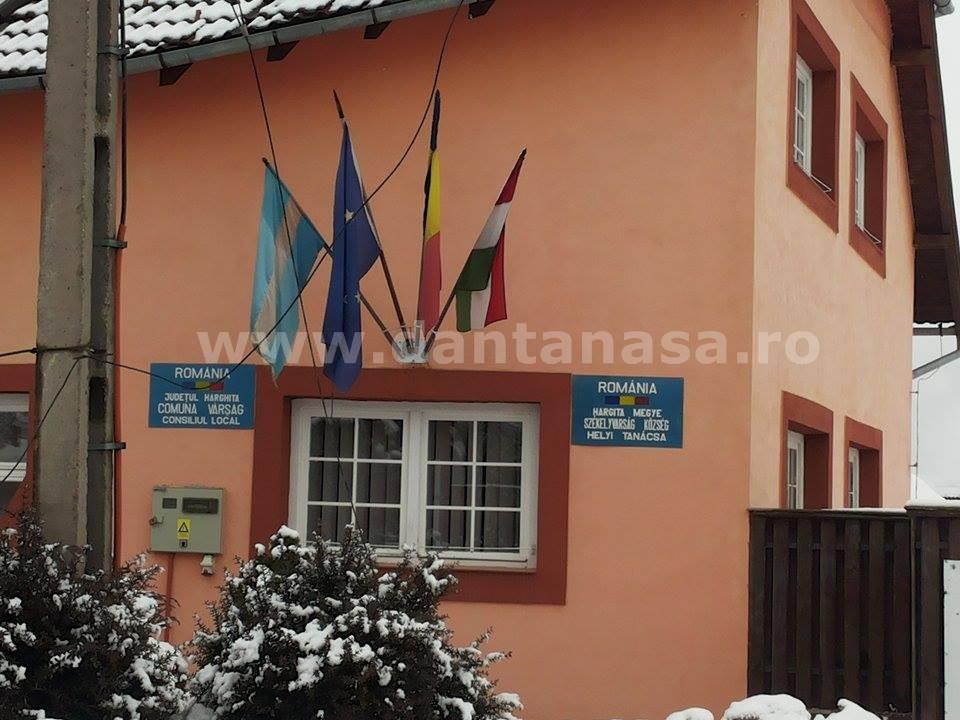 Drapelul Ungariei este arborat pe sediul Primăriei Vărșag