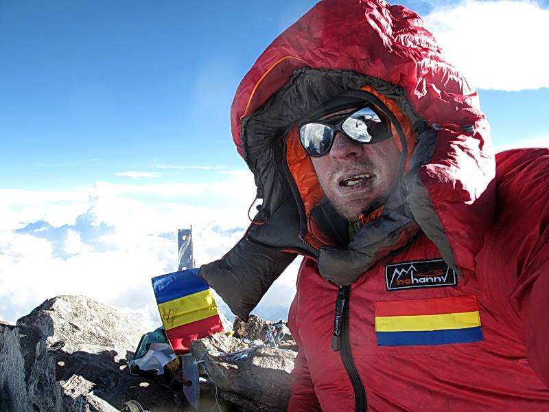 Alpinistul Zsolt Torok pe varful Nanga Parbat (8125 m) cu drapelul României (FOTO: facebook.com)