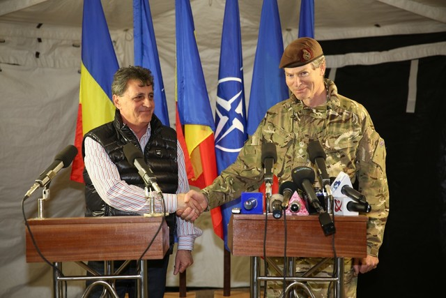 Defence Minister Mircea Dusa and General Sir Adrian John Bradshaw, Deputy Supreme Allied Commander Europe analysed on Tuesday the regional security following the crisis in Ukraine; the two attended an international military exercise at the Smardan firing range of Galati County. (Photo: nineoclock.ro)