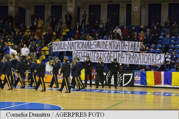 Dâmbovița Imnul național, intonat de o fanfară înaintea meciului de baschet feminin CSM Târgoviște U Cluj baner galerie