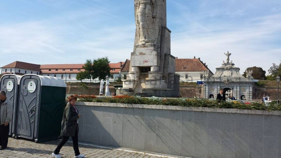 obeliscul-lui-horea-closca-si-crisan-alba-iulia-toaleta-publica-1