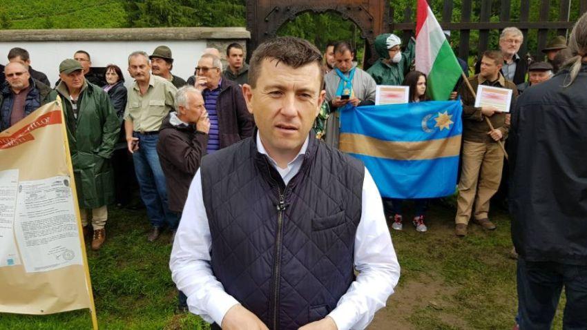 Președintele CJ Harghita ieri, 6 iunie, la Valea Uzului, în fața lanțului uman făcut de extremiștii maghiari care au încercat să-i împiedice pe români să-și cinstească eroii. FOTO: facebook.com